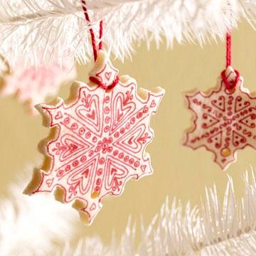Как самостоятельно сделать новогодние украшения снежинки из соленого теста