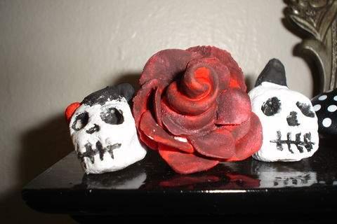 Поделки из соленого теста на Хеллоуин: бардовая розочка и черепушки