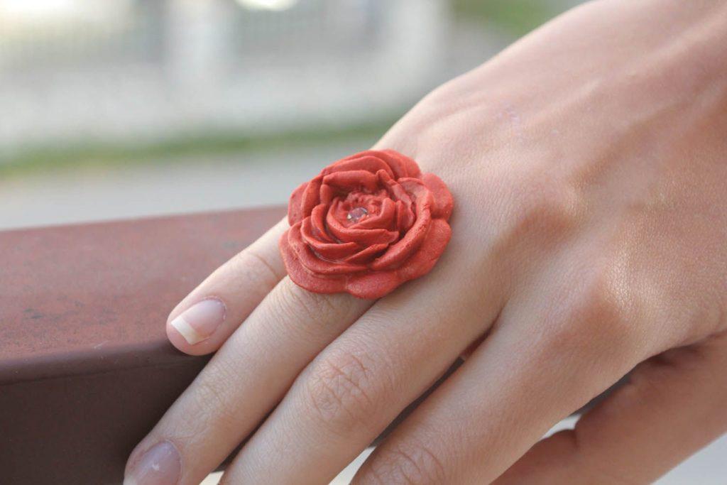 Кольцо с розой из соленого теста, фото и описание поделки
